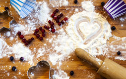 Serce mąka, toczna szpilka, jagody i naczynia dla piec na drewnianym tle, szczęśliwy dzień valentine s domowa miłość zdjęcia royalty free