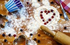 Serce mąka, toczna szpilka, jagody i naczynia dla piec na drewnianym tle, szczęśliwy dzień valentine s domowa miłość fotografia stock