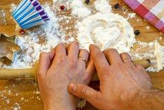 Serce mąka, toczna szpilka, jagody i naczynia dla piec na drewnianym tle, szczęśliwy dzień valentine s domowa miłość zdjęcia stock