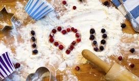 Serce mąka, toczna szpilka, jagody i naczynia dla piec na drewnianym tle, szczęśliwy dzień valentine s domowa miłość obrazy royalty free