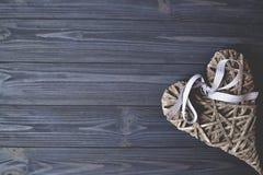 Serce na drewnianym stole robić ręki serce Tło z miejscem dla teksta Obrazy Stock