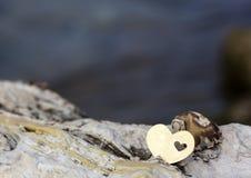 Serce na skałach na plaży Zdjęcie Royalty Free