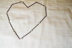 Serce od hairpin na beżowym tle obraz stock