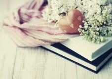 Serce od kamienia i bukiet biały bez na książkach Obrazy Stock