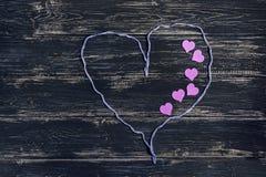 Serce od nici na ciemnym drewnianym fone Valentinov dzień Fotografia Royalty Free
