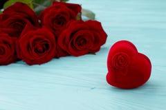 Serce prezenta kształtny aksamitny pudełko Zdjęcie Royalty Free
