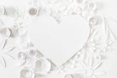 Serce rama z białym papierowym kwiatem Obrazy Stock