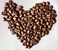 Serce robić kawowe fasole na białym tle fotografia royalty free