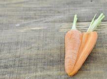 Serce robić kopii rżnięte marchewki na drewnianym fotografia stock
