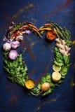 Serce robić od ziele, warzyw i pikantność, na błękicie zdjęcie stock