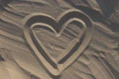 Serce rysujący na piasku jako miłości tło Zdjęcie Stock