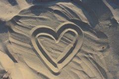 Serce rysujący na piasku jako miłości tło Obraz Royalty Free