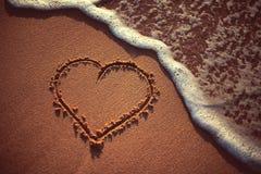 Serce rysujący na piasku plaża zdjęcia stock