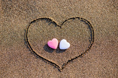 Serce rysujący w piasku z dwa sercami Fotografia Royalty Free