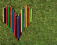 Serce stubarwni ołówki na trawie zdjęcie royalty free