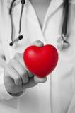 Serce w lekarki ręce zdjęcia stock