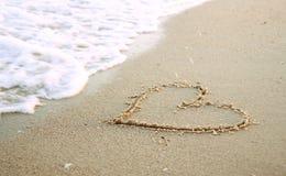 Serce w piasku na plaży Obrazy Royalty Free
