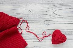 Serce w postaci sznurka nici od których czerwony sweate Zdjęcie Royalty Free