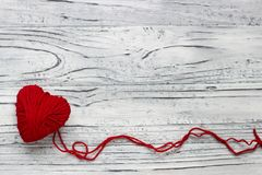 Serce w postaci sznurka nici od których czerwony sweate Obrazy Stock