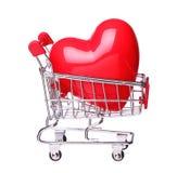 Serce w wózek na zakupy pojęciu odizolowywającym na bielu Obraz Royalty Free