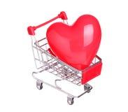 Serce w wózek na zakupy pojęciu odizolowywającym na bielu Obrazy Stock