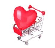 Serce w wózek na zakupy pojęciu odizolowywającym na bielu Zdjęcia Royalty Free