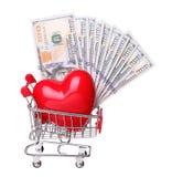 Serce w wózek na zakupy z gotówkowym pojęciem odizolowywającym na białym backg Fotografia Stock