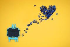 Serce wysuszeni błękitni kwiaty Obraz Royalty Free