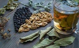 Serce wysuszone wiśnie, dokrętki i suszący liście herbata, boczny widok zdjęcia stock