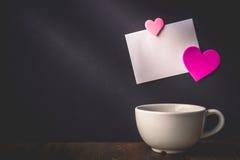 Serce wzór na Białym papierowym obwieszeniu z serce dowcipem i filiżance Obraz Royalty Free