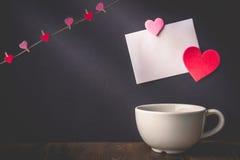 Serce wzór na Białym papierowym obwieszeniu z serce dowcipem i filiżance Zdjęcia Stock