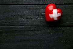 Serce z adhezyjnym bandażem zdjęcia stock