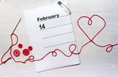 Serce z igielną nicią i guzikami na valentines kalendarzu obrazy royalty free