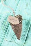 Serce z inskrypcją na drewnianym tle zdjęcie royalty free