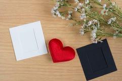 Serce z papierową kartą i kwiatami Zdjęcie Royalty Free