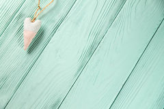 Serce z polek kropkami na drewnianym tle Fotografia Royalty Free