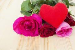 Serce z różami na drewnianym Zdjęcia Royalty Free