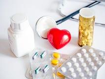 Serce z stetoskopu i pastylek paczkami Zdjęcie Stock