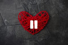 Serce z znakiem fermata na ciemnym tle Temat dla walentynki ` s dnia _ obraz royalty free