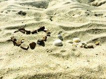 Serce znak na piasku robić kamienie Fotografia Royalty Free