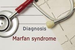 Sercowa diagnoza Marfan syndrom Na doktorskim miejscu pracy jest czerwony stetoskop, drukujący na papieru ECG linii i pióra zakoń Fotografia Royalty Free