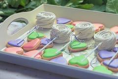 Sercowaci ciastka i marshmallow na tacy obrazy stock