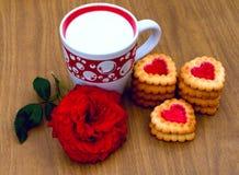 Sercowaci ciastka, różani i filiżanka mleko Obrazy Royalty Free