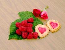 Sercowaci ciastka, różani i filiżanka mleko Fotografia Stock