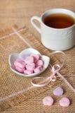 Sercowaci cukierki na workowym tablecloth Fotografia Stock