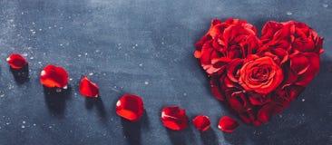 Sercowate czerwone róże na kamiennym tle zdjęcie royalty free