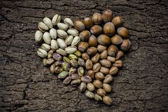 Sercowate dokrętki: hazelnuts i pistacje Obraz Royalty Free