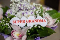 Sercowaty słowo babcia, strona dla Twój inskrypci na kwiatu tle Odgórny widok, zakończenie Gratulacje dla zdjęcie stock
