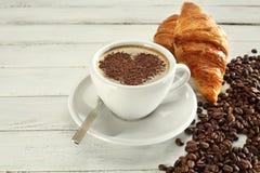 Serdca do serdechki do teste padrão da espuma do café das grões do cappuccino da xícara de café fotos de stock royalty free