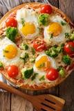 Serdecznie śniadanie pizza z jajkami, brokuły, pomidoru zbliżenie Zdjęcia Royalty Free